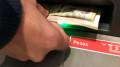 Foto de archivo. Un hombre retira pesos argentinos de un cajero automático en el distrito financiero de Buenos Aires, Argentina, 30 de agosto de 2018. REUTERS/Marcos Brindicci